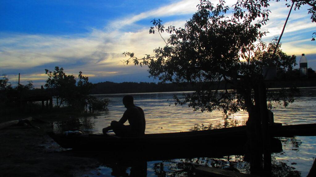 Seu Oswaldo prepara peixes na beira do rio